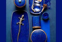 """L'Objet Lapis Koleksiyonu / Limoges porselen üzerinde farklı teknikler kullanarak, """"lapis"""" taşının gizeminin ortaya çıkarıldığı koleksiyonda 24 ayar altın el boyama detayları dikkat çekiyor.  Lapis L'Objet mumun kapağı üzerinde gerçek turkuaz taş bulunuyor."""