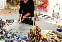 Arbejdende kunstner i studio