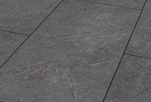 Tegel laminaat / Breng een vleugje natuur in uw woning met tegel laminaat Visio Grande. Deze tegel laminaatvloer biedt het uiterlijk van een echte stenen vloer zonder het moeizame leggen van zware massieve natuurstenen tegels. De mooi gevormde, grote tegels kunnen parallel of in wildverband worden gelegd en geven de tegel laminaatvloer de indruk van een echte stenen vloer, wat een buitengewoon natuurlijk verschijningsbeeld oplevert. Bekijk hieronder het assortiment tegel laminaat.