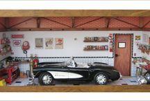 Oficina Corvette 1957 / Oficina carro Corvette 57 - Tamanho: 40 cm Largura x 18 cm Profundidade x 21 cm Altura Caixa em mdf forrada com Embuia e Marchetaria encerada . Carro escala 1/18 com uso de peças novas de plastimodelismo com recicladas de aparelhos eletrônicos, tv, som, relógios, bijuterias, tampa de fio dental (pia), madeira balsa, resina e biscuit. Criação e impressão digital para quadros, papel de parede, livros, rótulos e piso, fazem parte da elaboração interna. Vidro de encaixe embutido frontal .