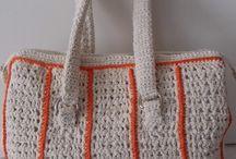 BOLSAS DE CROCHÊ / Bolsas de crochê confeccionadas em linha ou barbante. Forradas, com bolsinhos internos e alças diversas