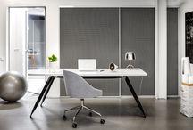 Szafa z drzwiami S1200 wykończonymi tkaniną marki Kvadrat / Najbardziej popularne są nadal wykończenia drzwi  w szkle oraz płycie fornirowanej lub laminowanej.  Ale jeżeli szukamy czegoś naprawdę  wyjątkowego, to warto sięgnąć po wysokiej klasy designerską tkaninę. Efekt będzie spektakularny! Materiał o ciekawym kolorze i niebanalnej fakturze doskonale przełamie prostą formę mebla. Marka Raumplus jako wypełnienie skrzydła stosuje tkaniny znanej duńskiej marki Kvadrat.