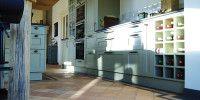 KEUKENS / De mogelijkheden bij Johan Bos Keukens zijn legio: -     Keukens in alle mogelijke stijlen, uitvoeringen en kleuren -     Alle mogelijke keukenbladen, van graniet, hout, composiet        tot beton -     Alle mogelijk soorten achterwanden en afwerkingen -     Apparatuur van alle gerenormeerde merken, van afzuigkap, koffiemachine, vaatwasser tot voedselvermaler  / STRAK / WARM / STIJLVOL / KLASSIEK / LANDELIJK / EIGENTIJDS