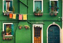 Case / Case, porte, finestre di tanti colori