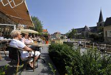 Valkenburg aan de Geul / In het zuidelijkste puntje van Zuid-Limburg, verscholen tussen de mosgroene heuvels ligt een bijzondere plaats: Valkenburg aan de Geul. In het hart van het beschermde natuurgebied Heuvelland flonkert het mergelstadje met haar rijke toeristische traditie. Het 5-sterren landschap met Valkenburg als het Toscane aan de Geul is al meer dan 125 jaar een grote trekpleister voor binnen- en buitenlandse gasten. Door de centrale ligging in de Euregio voelt u hier bijna letterlijk de hartslag van Europa.