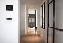 Langbroek / De stalen deuren en het binnenvenster complementeren de minimalistische architectuur van deze woning in Langbroek.