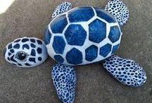 Tortuga azul y blanca hecha con piedras pintadas