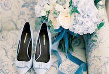 dustyblue hochzeit  |  dusty blue wedding / Dusty Blue ist eine edle Farbe für Hochzeiten. Der Stil ist natürlich. Eine Hochzeit in der Provence mit sommerlichen Hochzeitsblumen und dem Duft zarter blauer Blüten. Azente in mattem Gold und altem Zink schmeicheln dem staubigen Blau.