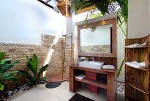Villa Asyik / Ambiance Zen dans les tons rouges à la villa Asyik. A peine rentré la piscine en L avec sa grande plage invite à la détente. Après la baignade 2 solutions s'offrent à vous, le bain de soleil sur l'un des transats ou la sieste à l'ombre du gazebo en bois de cocotier.