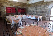 """Il ristorante : le nostre sale, ambienti interni ed esterni. / La """"sala dei due archi"""": la sala principale della struttura, la più grande, ove si può ammirare un gigantesco acquario in stile amazzonico. La """"sala a vetri"""": grazie alle pareti in vetro, fa da compagnia il panorama offerto, insieme ai sapori della nostra cucina.  La """"sala museo"""": raccoglie gli attrezzi agricoli che si usavano nei tempi passati dai nostri contadini. La """"sala degustazione"""": grazie alle pareti in tufo scuro rappresenta una tipicità."""
