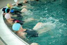 Aqua Aerobik w Klinice Uzdrowiskowej Pod Tężniami / Ćwiczenia w wodzie - intensywne ćwiczenia przy muzyce prowadzone na basenie przez instruktora dla grupy osób wykonujących w tym samym czasie to samo ćwiczenie. Ćwiczenia wykonywane są z użyciem specjalnych przyborów zwiększających opór wody.
