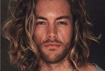 Kręcone długie włosy