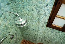 Mozaika z otoczaków - zielone otoczaki na siatce / Kamienna mozaika z otoczaków - zielone otoczaki na siatce. Mozaika kamienna z siatką, która może być montowana wewnątrz i na zewnątrz. Siatka która nie gnije w warunkach mrozu, wilgoci. Kamienie otoczaki jednakowej wysokości umożliwiają montaż lustra, szafki, postawienie czegokolwiek na podłodze. Mozaika z otoczaków Lux4home™ zielone otoczaki to tylko jeden z wielu modeli.