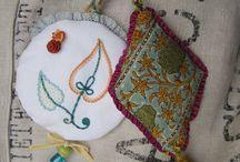 GRI-GRI et PORTE-CLÉS brodés / Des accessoires et petits riens qui ponctuent le quotidien de couleurs brodées