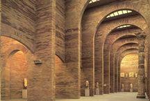 Mérida / Emerita Augusta fue una importante ciudad romana, capital de Lusitania, una de las 3 regiones de Hispania. Llegó a tener 40.000 habitantes y fue un centro administrativo, económico, cultural y militar muy importante. tras la caída de Roma fue un breve reino suevo y después recuperó importancia con los visigodos, más tarde la ocuparon los musulmanes y fue reconquistada por Alfonso IX. La Orden de Santiago la convirtió en sede del Priorato de San Marcos de León.