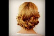 Coiffures  / Vous rêvez de pouvoir vous faire vous-mêmes les coiffures répérées dans les magazines et aux défilés? Vous n'avez pas les doigts de fées pour les réaliser? Vous trouverez quelques idées simples et tendances et des tutoriels pour vous aider!