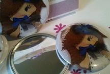 Espejos de mano Las Crispulinas / ¿Quién es la más guapa del reino? No necesitas que nadie te lo diga, con este espejo de mano lo verás con tus propios ojos =)  Con el tamaño adecuado para que puedas llevarlo en el neceser, en el bolso o en la cartera.