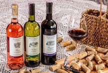 Winnica Solaris / Winnica znajduje się na najwyższym południowo-zachodnim wzniesieniu, na obrzeżach miasteczka Opole Lubelskie.  Rosną u nas odmiany na wino, tzw. moszczowe, charakteryzujące się niewielkimi aczkolwiek słodkimi, esencjonalnymi i nadzwyczaj smakowitymi owocami. Dominują tu Rondo i Regent na wina czerwone i różowe, oraz Seyval Blanc, Hibernal, Traminer i Solaris na wina białe.