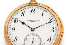 Horlogerie / Les ventes Horlogeries sont composées de montres anciennes de poche, de montres savonnettes, de pendulettes anciennes et modernes. Dans un registre plus moderne nous proposons également des montres bracelets joailleries ou contemporaines pour dames, des montres pour hommes, chronomètres, vintages ou à complications.