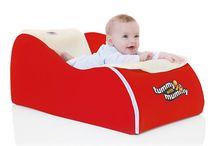 Tummy with Mummy / Tummy With Mummy je jedinečná hrací podložka, která umožňuje dítěti rozvíjet se po fyzické, sociální a emocionální stránce. Díky ní je pro rodiče snazší přiblížit se dítěti. Dokonce i ta nejmenší miminka mohou podložku využívat k různým činnostem, které je baví - třeba sledovat rodiče při práci nebo si bezpečně hrát se svou oblíbenou hračkou.
