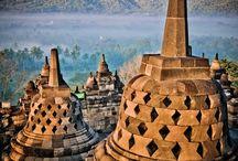 Indonesia - Java, Sumatra, Borneo, Bali, New Guinea / Indonezja - Republik Indonezja, leży w Azji Południowo-Wschodniej, pomiędzy oceanami Indyjskim a Pacyfikiem Jest największym na świecie państwem wyspiarskim,  liczącym ponad siedemnaście tysięcy wysp. Najbardziej zaludniona wyspa Jawa, skupia ponad połowę ludności kraju. Jej stolica i najbardziej zaludnione miasto to Dżakarta. Inne wyspy: (ok 3/4) Borneo, New Guinea, Sumatra, Bali...