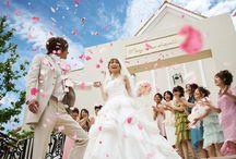 (挙式演出)フラワーシャワーのアイデア / チャペルでの挙式を終えた新郎新婦を祝福する「フラワーシャワー」のウェディング演出について、画像をまとめました。フワワーシャワー用花びらはシェリーマリエでも販売しています。