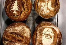 Ekşi Mayalı Ekmek Eğitimi / Neden Buğdaydan Ekmek Yaparız ? Buğdayın özellikleri nedir ? Buğday kaç bölümden oluşur ? Buğdaydaki enzimler neden çok önemlidir, bu enzimler ne işe yarar ? Sert ve Yumşak unlar  nerelerde kullanılır ? Gluten nedir, ne işe yarar ? Ekşi Maya nasıl yapılır ? Neden Ekşi Mayalı Ekmek ? Ekşi Mayalı Hamurlarda Tuzu neden sonra ilave ediyoruz ? Bulk Fermentasyon niçin yapılır ? Soğuk Fermentasyon gereklimidir ? Taş fırın kullanmak neden önemli ? Isı faktörü nasıl sonuç verir ? Hydration oranı ekmeğin ömrünü uzatır mı ? Jilet atarken neye dikkat etmemiz gerekir ? Ülkemizdeki ekşi maya kültürü nedir ? Biz sadece ekmek yapmasını öğretmiyoruz. Hep bir püf nokta vardır. Ama neden o işlemi yapıyoruz diye sorduğumuzda cevap çok azdır. Ekmek yaparken karşılaşacağınız tüm detayları tek, tek açıklıyoruz. Evde yapabilirmiyim ? Evet evde de bu ekmekleri pişirebilirsiniz ? % 80 aynı performansı yakalayabilirsiniz. Maya yaptım ama tutmuyor, çünkü doğal un kullanmadığınız için olmuyor. Ama filancı marketten aldım üzerinde organik yazıyor. Evet doğru ama ruşeym kısmı minimumda olduğu için mayanız olmuyor. Çünkü maya olabilmesi için enzim, bakteri ve ısıya ihtiyaç var. Enzimler buğdayın Ruşeym kısmında. Maya bakterisinde kabuk kısmında yani kepekte. Şimdi diyeceksiniz Kepekli undan yaptım yine olmaz. buğday doğadan alındığı gibi öğütülürse mayanız tutar merak etmeyin. Ekşi maya 100 gr su (iyi mineralli) 100 gr Tam Buğday unu (endosperm, kepek ve ruşeym'i içinde olacak) suyunuzun sıcaklığı 22-26 derecede olsun. Oda sıcaklığıda bu derecelerde olmadı gerekiyor. İşte bu kadar 3 gün sonra mayanız hazır. Plastik bir kaba koymanız gerekiyor. Neden plastik diyeceksiniz ısı değişkenliği olmasın diye. Bu arada mayanızı öldürmeyin. Maya yıllandıkça olgunlaşıyor. Ekşi maya 6 ay sonra olgunlaşıyor. Sağlıcakla kalın.