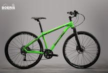 Biciclette Mountain Bikes / Telaio personalizzato e componentistica scelta per un percorso adrenalinico in montagna. Tutti i cicli da noi realizzati e visualizzabili in questa pagina, rappresentano un cliente con caratteristiche fisiche diverse. Personalizziamo biciclette su misura per voi.