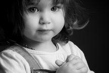 portrait noir et blanc enfant / Les portraits d'enfants en lumière naturelle, donnent des photos pleine de vie. La lumière y est douce et les gestes, libérés de toute pose, sont ceux des enfants. Un moment de pur bonheur et de liberté. Photographe Poitou-Charentes