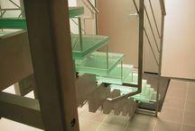 Лестницы из стекла / Стеклянные лестницы и лестничные ограждения из стекла – конструкции легкости и стиля. Стеклянная лестница – это элемент инновации и отличного вкуса, образ новой эстетики и дизайна, главная изюминка Вашегоинтерьера! Особый шарм стеклянных лестниц в том, какое первое впечатление они производят. Мы гарантируем их надежность и практичность, а над индивидуальным дизайном Вы можете поработать с нашими дизайнерами!