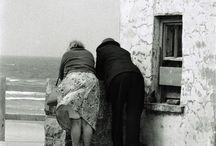 Elliott Erwitt / Эллиотт Эрвитт — известный американский фотограф. Наибольшую популярность ему принесли чёрно-белые снимки, выполненные в иронической манере. Родился в семье эмигрантов из России.
