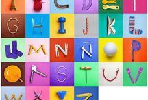 """Letras CREADAS / Este abecedario está hecho a partir de objetos cotidianos que aislados parecen letras. Dentro de las letras """"CREADAS"""" tienes distintas aplicaciones. Las piezas """"PEQUEÑAS"""" para decorar o rotular espacios. Las piezas """"GRANDES"""" para espacios mayores. Los pósters. El juego con el abecedario completo para los mas peques y la opción de """"banco de imagen"""" que te permitirá comprar los derechos de uso de las imagenes para diseño, webs y otras aplicaciones."""