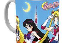 Sailor Moon / Sailor Moon è un manga creato da Naoko Takeuchi all'inizio degli anni novanta che prende il nome dalla divisa alla marinaretta, indossata dalle guerriere nella serie, che è una rielaborazione della divisa scolastica femminile obbligatoria in molte scuole giapponesi.