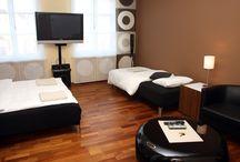 Apartamenty Kraków-Apartament Brązowy / Apartament Brązowy to duży i ekskluzywny apartament jednopokojowy (tzw. studio) z kuchnią oraz łazienką,  o całkowitej powierzchni 34 m2. Pokój o metrażu 20 m2 wyposażony jest w dwa łóżka, jedno pojedyncze i jedno podwójne + łóżko rozkładane dla dodatkowej osoby. W pokoju do dyspozycji mamy TV LED, TV satelitarną, DVD, zestaw kina domowego, radio, internet bezprzewodowy.