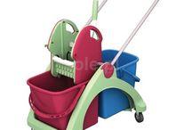 Sprzęt do sprzątania i środki czystości / Profesjonalny sprzęt do sprzątania jest niezbędny w takich miejscach jak firmy sprzątające, biura, zakłady przemysłowe, zakłady produkcyjne, szpitale i ośrodki zdrowia, hotele, restauracje, obiekty sportu i rekreacji, centra handlowe i inne.   Wśród niezbędnych sprzętów wyróżniamy wózki do sprzątania, wózki serwisowe, wózki na odpady i brudną bieliznę, wózki hotelowe, akcesoria do sprzątania: mopy, stelaże do mopów, ścierki i czyściwa, środki czystości.