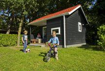 Camplodge / De 4-persoons CampLodge is ontworpen door Jos de Punder en staat op vakantiepark de Reebok. Het gevoel van kamperen, maar dan in een sfeervolle compacte en behaaglijke accommodatie. Voorzien van verwarming, een zithoek, een keukenblok, douche en toilet 2x flat-screen en Wi-Fi. De CampLodge staat aan de rand van natuurgebied de Kampina, je hoeft alleen het poortje door en je waant in de ongerepte natuur van Oisterwijk.
