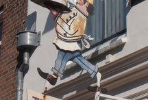 uithangborden Nederland / zelfgefotografeerde uithangborden aan huizen, winkels, etc