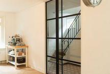 Stalen deur Bilthoven / Deze enkele taatsdeur met zijlicht is mooi in elke woning. Omdat u een eigen stalen deur kunt ontwerpen op www.stalendeuropmaat.nl heeft u sowieso een unieke deur die helemaal bij u past!