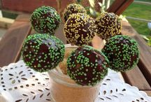 Cake pops & cake balls / No cookies, no muffins. Just cake pops and balls.