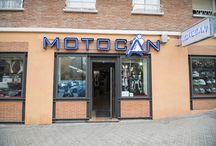 Cosas para comprar / Motocan te ofrece gran variedad de ropa para moteros (cascos, monos, guantes, etc) y complementos para tu moto (maletas, apliques...) que podrías encontrar en nuestras tiendas. Consulta disponibilidad.