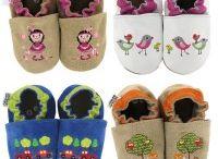 bestickte Krabbelschuhe mit filigranen Stickereien von HOBEA / bestickte Babyschuhe bzw. Krabbelschuhe aus Leder für Babys und Kleinkinder von HOBEA-Germany. HOBEA-Germany baby moccasins für Kinder von 0-3 Jahren im HOBEA-Shop finden: https://www.hobea.de/babyschuhe/