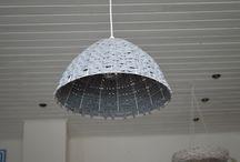 Unieke lampenkappen. / Dit bord is een bloemlezing van lampenkappen die ik zelf ontwerp en maak. Gehaakt met katoen. Gewikkeld en geweven met textielgaren.