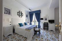 Le camere / Tutte le camere con: patio o terrazza bagno privato, asciugacapelli, aria condizionata, frigobar, cassetta di sicurezza, televisione satellitare, wifi gratuito.