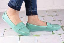 Kadın Ayakkabı / Hayatımızın vazgeçilemez kıyafeti, aksesuarı ve tamamlacısı ayakkabılar her kadının dikkat ettiği bir konudur. Kadın ayakkabı kategorisinde yeniliği ve tarz yaratmayı amaçlayan Nemoda' da size göre ürünler mutlaka vardır. Topuklu ayakkabı, sandalet, babet, düz ayakkabı, loafer, uzun spor ayakkabı, spor ayakkabı, dolgu topuk ayakkabı modellerine Nemoda üzerinden ulaşabilirsiniz.