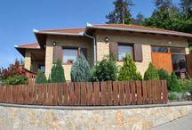 Panorámás családi ház, Zalacsány / 2010-ben 1150 m2-es területre épült családi ház gyönyörű panorámával Zalacsányon. Az épület területe 126 m2. Télen a meleget a kandalló mellett turbó cirkó is biztosítja ráadásul padlófűtéssel és radiátorral is. Környék: Sármelléki repülőtér 15 perc 5-20 perc: termálfürdők:Hévíz, Zalaszentgrót, Kehidakustány  Zalaegerszeg (aquapark), Keszthely (Balaton)  A közelben hamarosan ír mérnökök által tervezett golfpálya nyílik, és egy termálfürdő, amelyet a Zalacsányiak ingyen is használatnak majd.