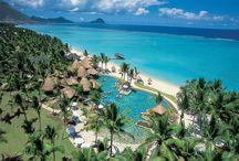 LA PIROGUE - MAURITIUS / Riconosciuto per la sua autenticità, il resort è uno dei più conosciuti e richiesti di Mauritius.Situato nel suggestivo villaggio di Flic en Flac si estende all'interno di un immenso giardino tropicale. E' adagiato su una delle più belle spiagge dell'isola di sabbia bianca lunga ambita da un meraviglioso mare turchese. Grazie all'atmosfera informale e familiare, all'accoglienza dello staff, la Pirogue promette una vacanza da sogno.