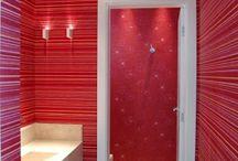 Lavabos com papel de parede / Ideias de decoração de lavabo com papel de parede. Veja mais novidades no blog http://www.atelierevestimentos.blogspot.com.br/