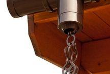 Kit de chaîne de pluie / La chaîne de pluie constitue une bonne alternative aux tuyaux de descente, plus esthétique, elle se monte directement sur votre gouttière. Le kit de chaîne de pluie en PVC est très facile à installer. Vous pouvez déterminer vous-même la longueur (longueur maximale 250cm). Le kit est livré avec deux adaptateurs : Ø53 et 60 mm. Le kit de chaîne de pluie s'adapte à tous nos kits de gouttières complets. Disponible en coloris brun et blanc.