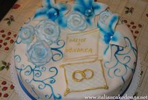 Torta di fidanzamento con fedi e fiori alla crema pasticcera e fragola