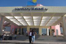 فندق ومنتجع هارمونى مكادى باى, الغردقة بمصر /  يقع على بعد 25 كم من مطار الغردقة الدولي و 40 كم من مدينة الغردقة